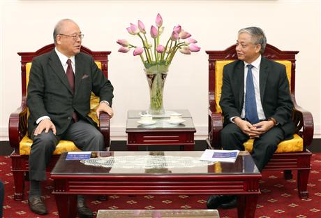 Thứ trưởng Bộ Lao động – Thương binh và Xã hội Doãn Mậu Diệp (bên phải) đã có buổi tiếp Cố vấn đặc biệt Liên minh Nghị sĩ Hữu nghị Nhật – Việt Takebe Tsutomu (bên trái).